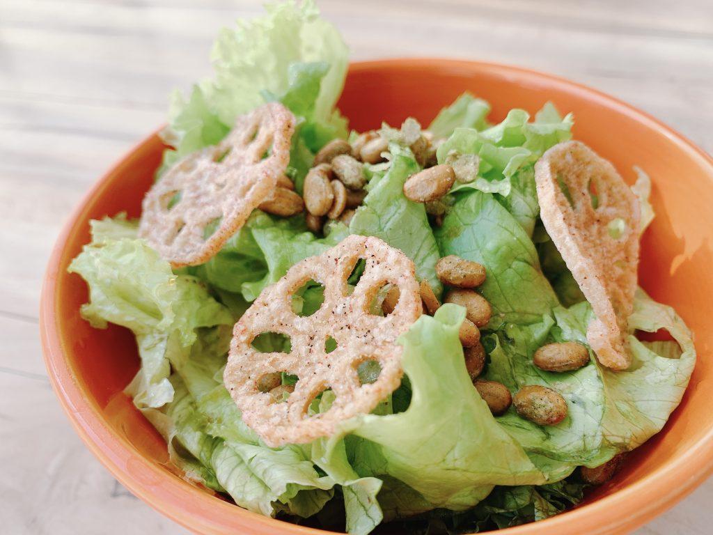 プリポリ納豆サラダとれんこんチップ