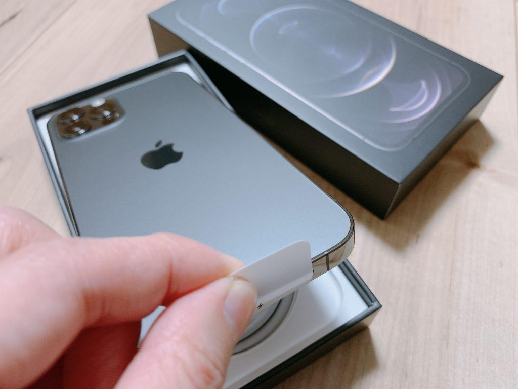 iPhone12Proを取り出す