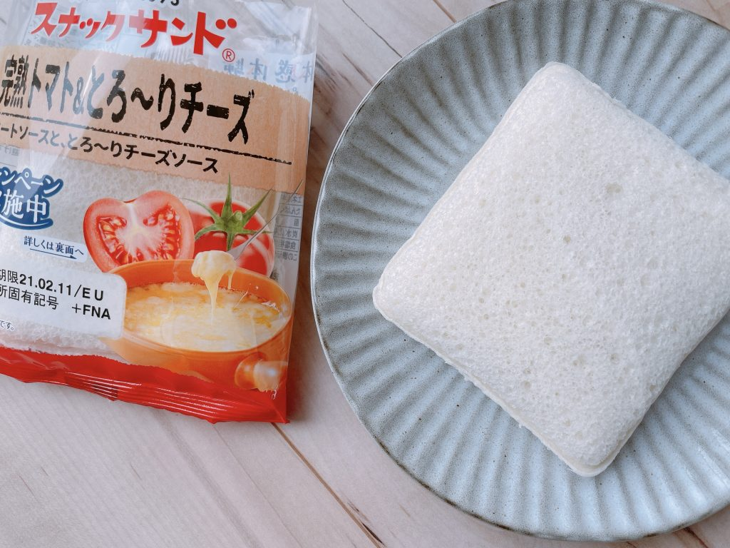 スナックサンドの完熟トマト&とろ~りチーズ開封