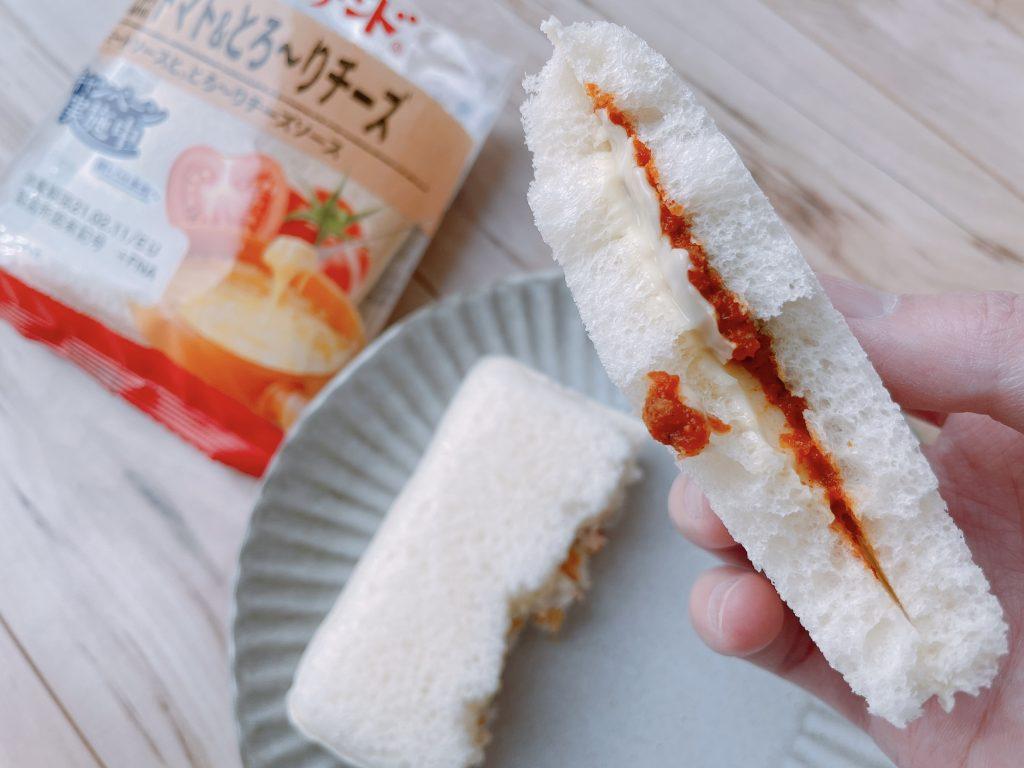 スナックサンドの完熟トマト&とろ~りチーズのパンは柔らかい