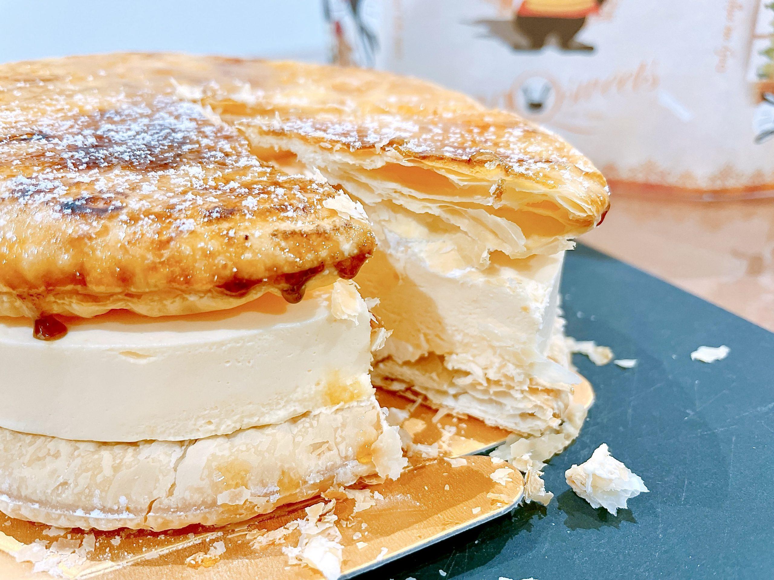 EGOAL(イーゴール)のブリュレチーズケーキを切ってみるとパイ生地だと分かる