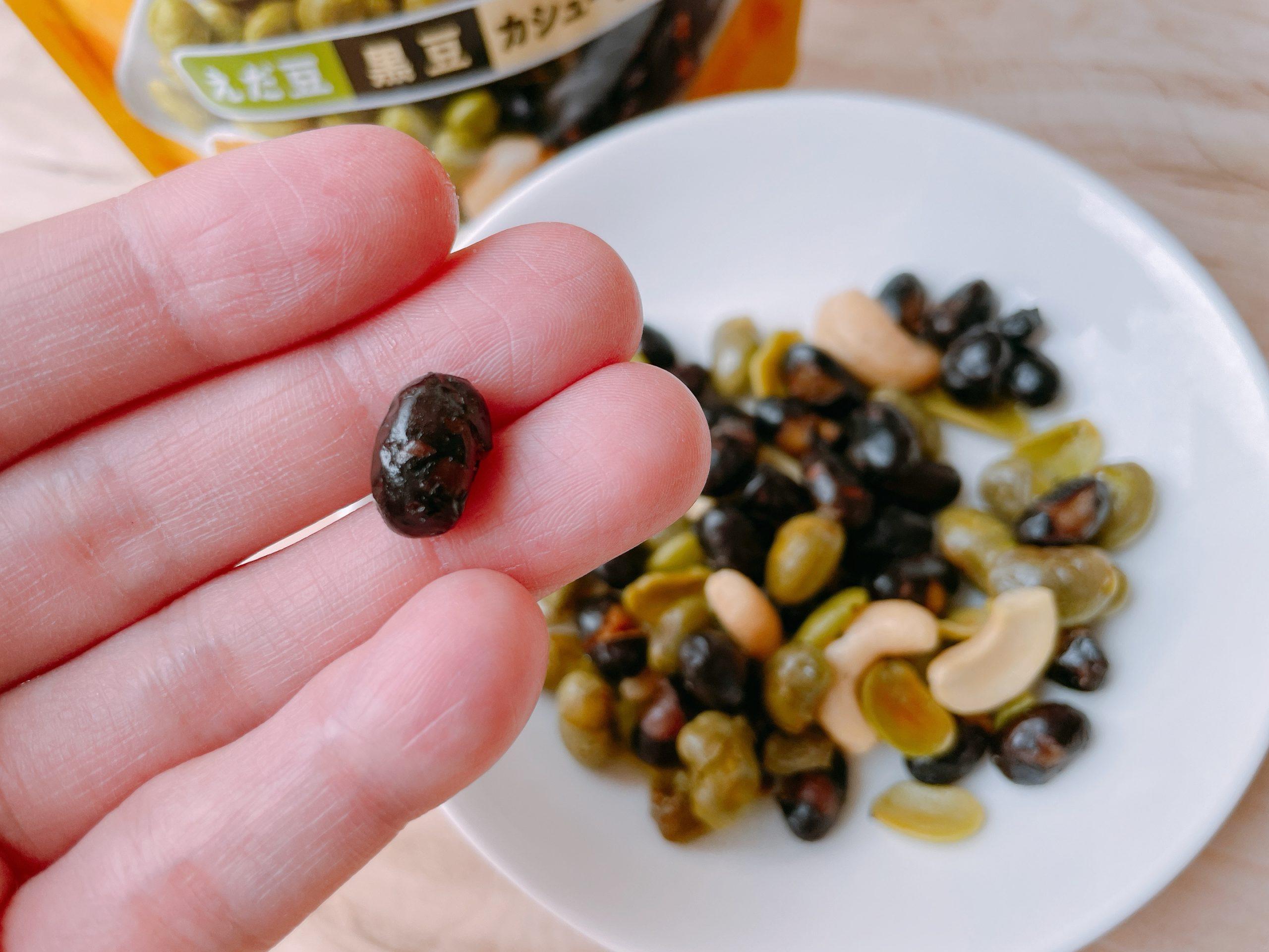 カルビーのミーノミックス えだ豆・黒豆・カシューナッツの黒豆