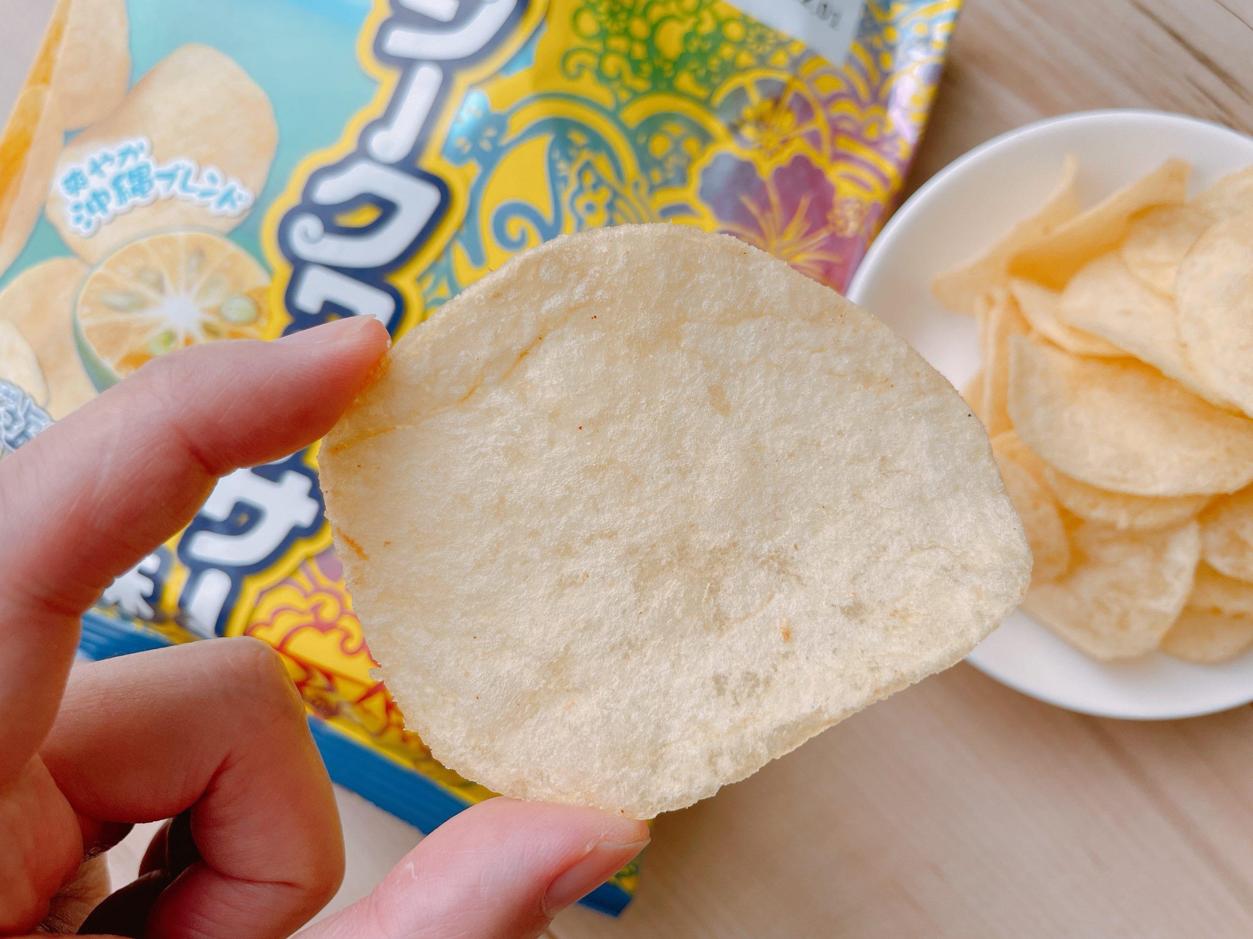 ポテトチップス<シークワーサー味>シークワーサーとポテチの味わいが調和している